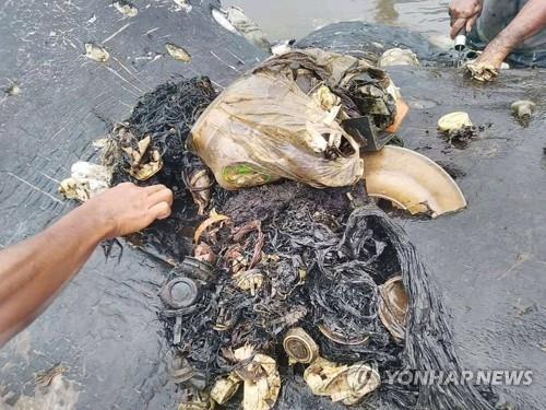 향유고래 뱃속에서 나온 플라스틱 쓰레기 [로이터=연합뉴스]