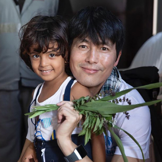 <p>22, Jung Woo-sung-in Pictures published.</p><p>With In Jung Woo-sung Turban wrote Women Next to on a serious expression to act. Another photo from a child in her arms and a friendly smile to the act.</p><p>Jung Woo-sung, 2015 6 January the UN Refugee Agency goodwill Ambassador(UNHCR) was selected, and the world of the Refugee camp to visit for relief activities in progress. Recently, the movie lovewith the state acts as The appeared.</p>