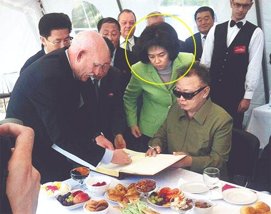 2011년 김정일 북한 국방위원장이 러시아 극동지역 부레이 발전소를 방문했을 때 그를 수행하면서 방명록 서명을 돕고 있는 김옥(동그라미 속). 2012년 7월 이후 공개석상에서 자취를 감췄다. [연합뉴스]