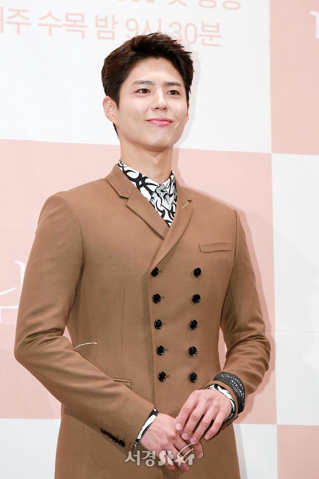 배우 박보검이 tvN 새 수목드라마 '남자친구' 제작발표회에 참석해 포토타임을 갖고 있다.