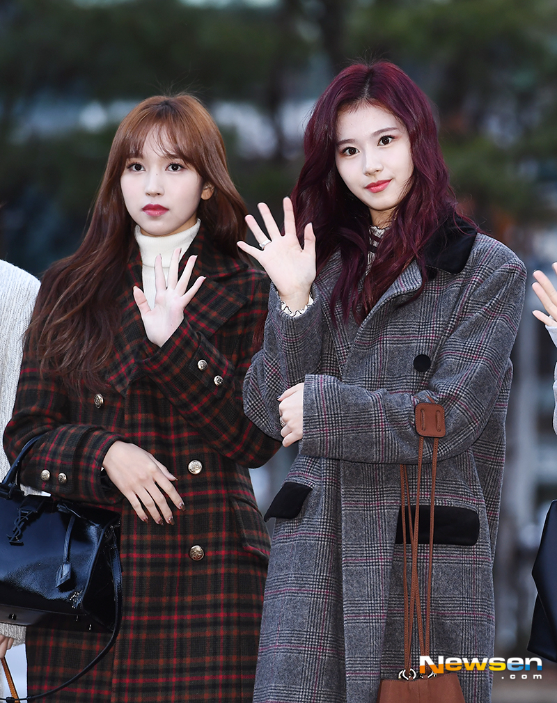 <p>KBS 2TV 'Music Bank' Replay this 11 23 a.m. Seoul Yeongdeungpo-GU Yeouido KBS new building public hall in progress.</p><p>This day TWICE(or, the square, Momo, Sana, sustained, Mina, Hyun, Chae, TZUYU) Mina, Sana the Replay to attend to.</p>