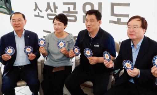 8월 10일 자유한국당 의원들과 바른미래당 이언주 의원(왼쪽 두 번째) 등이 서울 광화문 광장에서 최저임금 제도개선을 촉구하는 소상공인 농성장을 방문해 이야기를 나누고 있다. [동아DB]