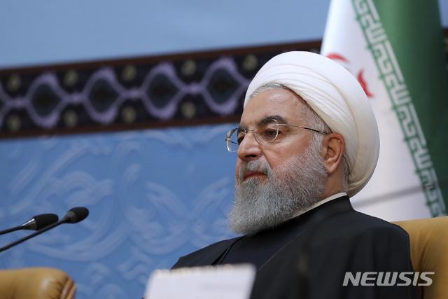 【테헤란=AP/뉴시스】하산 로하니 이란 대통령은 24일(현지시간) 테헤란에서 열린 제32회 이슬람통합 국제회의에서 전 세계 무슬림들은 단결해 미국에 반대해야 한다고 주장했다. 이날 회의에 참석한 로하니 대통령의 모습. 2018.11.24