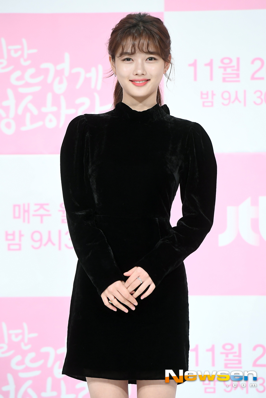 <p>JTBCs new Monday-Tuesday tale drama once hot, clean(pole for hee/rendering nodes final) production presentation 11 26, 2pm at Seoul Yeongdeungpo-GU Yeongdeungpo Times Square Juamorris Stewart Convention in progress.</p><p>This day, Kim Yoo-jung In this pose.</p><p>Yoon Kyun-sang, Kim Yoo-jung, Song Jae-Rim, Kim Min-kyu, student, car, etc starring once hot, clean theclean life more important than Hotties cleaning companies CEO joists(Yoon Kyun-sang)and cleanliness than your survival first passionate gardeners to take the standard way of life. Sol(Kim Yoo-jung)In this meet and expand the 'sterile then' healing romance.</p>