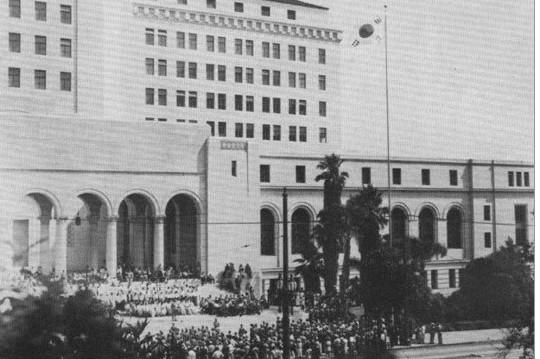 1941년 LA시청에서 열린 태극기 현기식. 유일한 선생은 맹호군의 일원으로 참석해 중경임시정부의 축사를 낭독했다