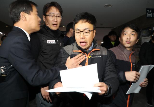 전국사무금융서비스노동조합 관계자들이 26일 오전 국회 의원회관에서 열린 카드수수료 개편방안 당정협의 회의장에 진입을 시도, 국회 관계자에게 저지당하고 있다//연합뉴스