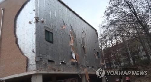(서울=연합뉴스) 27일 오후 1시 48분께 서울 강동구 고덕동의 한 초등학교 건물 외벽에 설치된 외장벽돌이 무너져 작업자 3명이 다쳤다. 2018.11.27 [강동소방서 제공]
