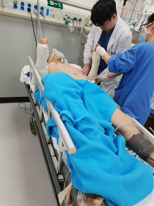 병원 치료받는 경비원 [입주민 제공]