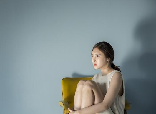 혼자 앉아 고민하는 여자