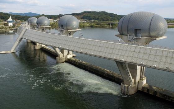 지난달 4일 오후 수문을 개방한 경기도 여주 이포보에 한강 물이 흐르고 있다. /사진=뉴스1