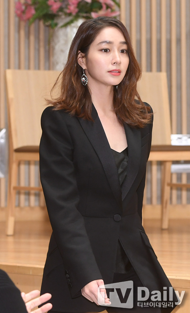 <p> SBS new Weekend Drama fate and rage (a steel hero rendering the margins) and production presentation 30 p.m. Seoul Yangcheon-GU Mokdong SBS in the open.</p><p>This day making presentations in Lee Min-jung attended.</p><p>Fate and rageis a product company background with fate to change a man to Love Rain one woman and Fate line know that woman Love Rain men of staggering that Love Rain and rage that you should be next month 1 days the first broadcast.</p><p>SBS new Weekend Drama fate and fury production presentation</p>