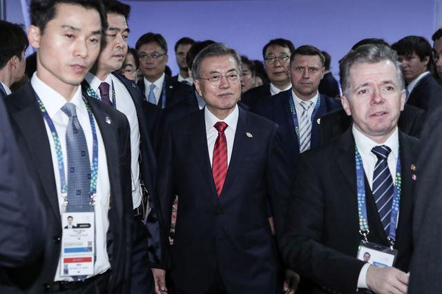 문재인 대통령이 30일 오후(현지시간) G20 정상회의가 열리고 있는 아르헨티나 부에노스아이레스 코스타 살게로 센터에서 도널드 트럼프 미국 대통령과 한·미 정상회담을 하기 위해 회담장으로 입장하고 있다. 연합뉴스