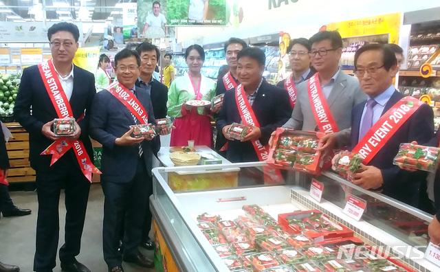 【진주=뉴시스】정경규 기자 = 경남 진주시 해외시장 개척단이 지난달 26일부터 1일까지 베트남 하노이와 호치민에서 농산물 특판전을 펼쳤다.