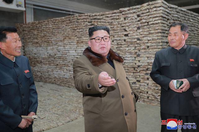 김정은 북한 국무위원장이 '겨울철 집중 어로전투'가 한창인 동해지구의 수산사업소들을 시찰했다고 조선중앙통신이 1일 보도했다. 조선중앙통신 연합뉴스
