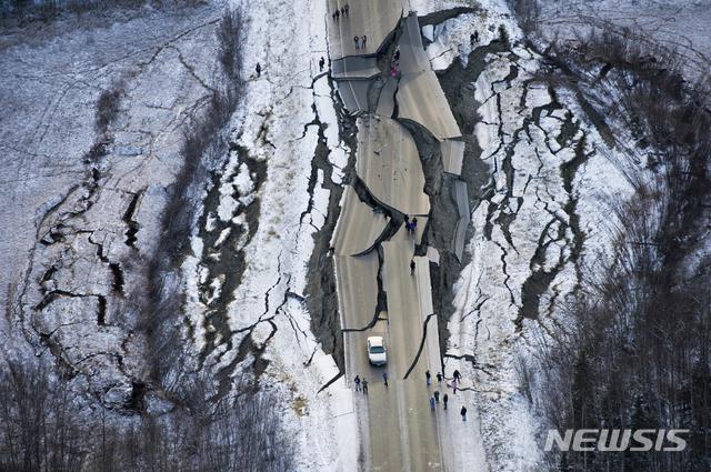【앵커리지=AP/뉴시스】지난 30일 규모 7.0 강한 지진이 일어난 미 알래스카 주 남부 앵커리지에 최소 1000회가 넘는 여진이 계속되고 있지만, 일상생활 복귀엔 큰 지장이 없을 것으로 보인다고 미국 지질조사국(USGS)이 2일 (현지시간) 밝혔다. 사진은 지난달 30일 지진으로 파괴된 앵커리지의 도로. 2018.12.3
