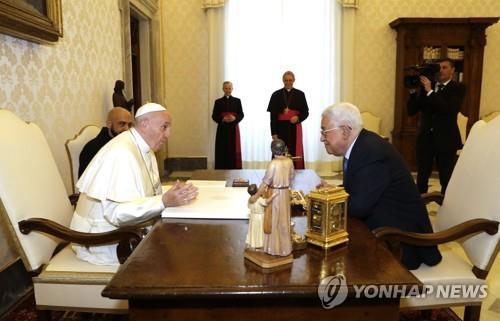 프란치스코 교황(왼쪽)과 아바스 팔레스타인자치정부(PA) 수반[AP=연합뉴스]