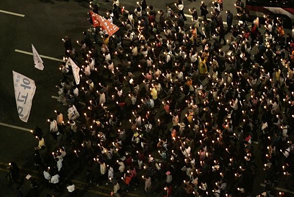 ▲ 2008년 촛불집회 당시 다음 아고라 누리꾼들이 행진하고 있다.
