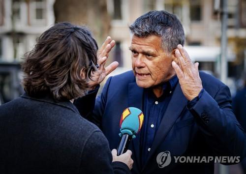 """""""69살로 보이나요"""" 네덜란드의 69살 남성 에밀 라텔반드가 3일(현지시간) 언론과 인터뷰하고 있다.[AFP=연합뉴스]"""
