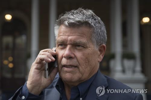 3일(현지시간) 언론 인터뷰 동안 전화를 하는 엠리 라텔반드[AP=연합뉴스]