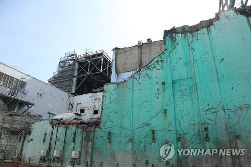 6년전 쓰나미 상처 남아있는 후쿠시마 원전 건물 (후쿠시마 제1원전=연합뉴스) 김병규 특파원 = 6년전 사고의 흔적이 그대로 남아있는 후쿠시마(福島) 제1원전의 원자로 건물 외부 모습. 원자로 건물 외부는 사고 당시처럼 벽의 일부가 떨어져 나가 있고 지붕 쪽에서는 수소 폭발로 무너져 내린 지붕이 자갈 더미가 돼 남아 있다. 2017.2.27 bkkim@yna.co.kr (끝)