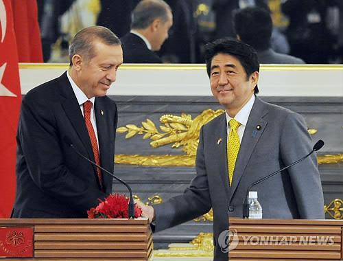 2014년 아베 신조(安倍晋三) 일본 총리(오른쪽)와 레제프 타이이프 에르도안 터키 총리가 정상회담을 한 뒤 악수하는 모습. [교도=연합뉴스 자료사진]