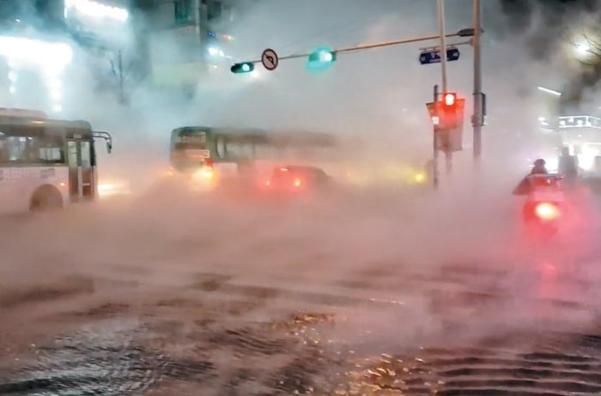 4일 오후 9시쯤 경기 고양시 백석역 인근 난방 공사 배관이 파열돼 도로가 뜨거운 물과 수증기로 뒤덮여 있다. /조선일보DB