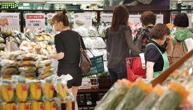 소비자들이 대형마트 신선코너에서 장을 보고 있는 모습. (자료사진)ⓒ연합뉴스