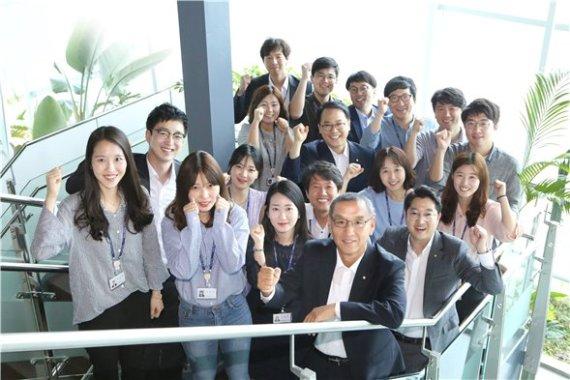 올해 일자리 으뜸기업으로 선정된 한국감정원 김학규 원장이(맨 앞줄 오른쪽 첫번째) 워라벨 향상을 위한 직원간담회 이후 직원들과 함께 파이팅을 외치고 있다.