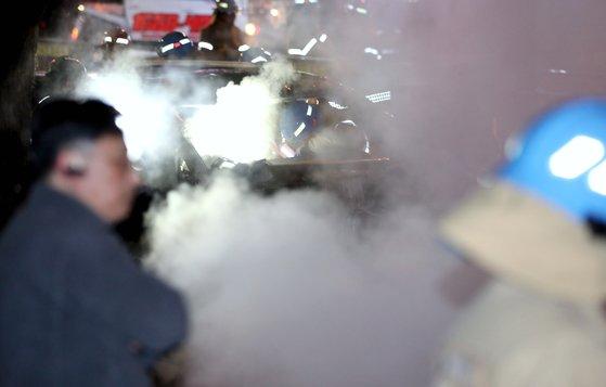 한국지역난방공사 고양지사의 배관이 파열돼 뜨거운 물이 도로 위로 분출된 4일 밤 경기도 고양시 일산동구 백석역 인근에서 뜨거운 수증기가 치솟고 있다. [뉴스1]