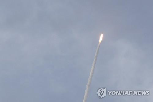 높이 올라가는 아리안-5ECA (기아나=연합뉴스) 5일 오전 5시 37분(현지시간 4일 오후 5시 37분) 남미 프랑스령 기아나의 기아나 우주센터에서 기상관측 위성 '천리안 2A호'(GEO-KOMPSAT-2A)를 탑재한 유럽연합 아리안스페이스의 로켓 '아리안-5ECA'가 발사되고 있다.       이날 발사에 성공한 '천리안 2A호'는 순수 국내 기술로 본체의 설계부터 조립, 시험까지 완성한 '토종 정지궤도 위성'이다. [천리안 2A호 발사 공동취재단]    photo@yna.co.kr  (끝)