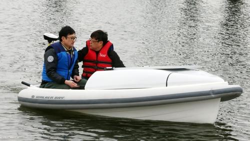 권순철 교수(사진 왼쪽)가 수소보트 시연을 하는 모습 [차근호 기자 촬영]