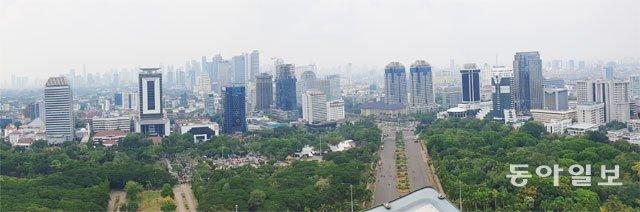 인도네시아 자카르타 시내 한복판에 위치한 모나스 독립기념탑에서 내려다본 시내 전경. 자카르타=황재성 기자 jsonhng@donga.com