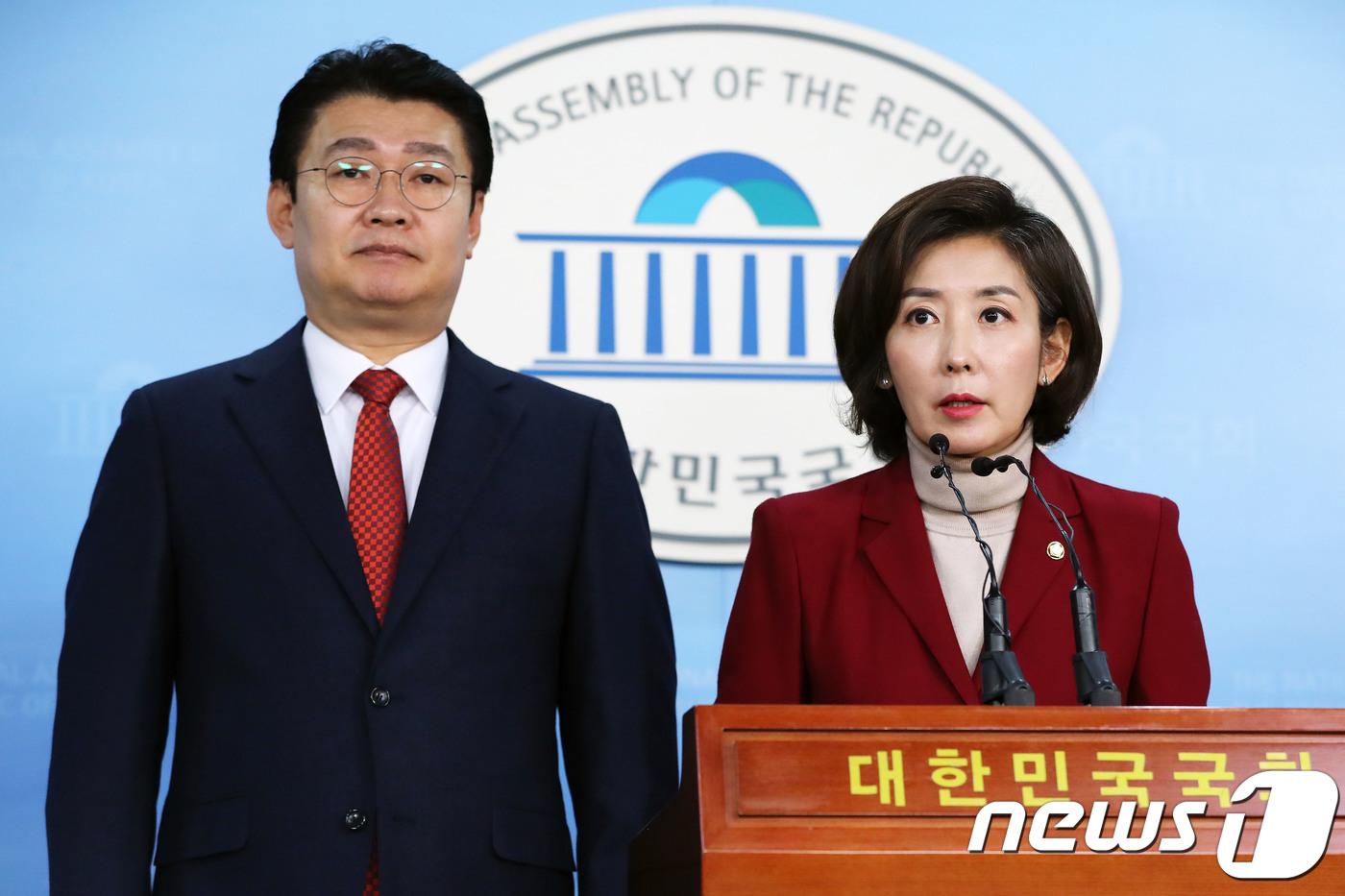 """나경원, 한국당 첫 여성 원내대표 선출..""""미래·통합 선택""""(종합)"""