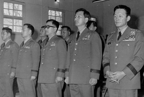 1973년 반란음모 혐의로 재판을 받고 있는 당시 윤필용(오른쪽) 수도경비사령관. 연합뉴스