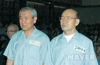 법정에 나란히 선 전두환(오른쪽)과 노태우. 연합뉴스
