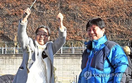 소설가 이외수씨와 최문순 화천군수 [연합뉴스 자료 사진]