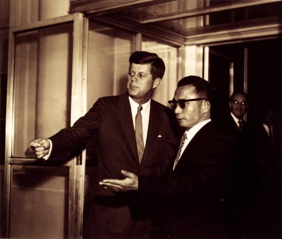 - 1961년 11월 중순 박정희 최고회의 의장이 미국을 방문, 케네디 대통령과 회담하기 위해 접견실에 들어가기 전에 서로 먼저 들어갈것을 권유하는 장면. 서울신문 DB