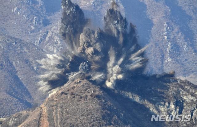 【서울=뉴시스】 국방부는 지난달 20일 북측이 중부전선 GP 11개 중 10개를 폭약을 사용해 완전히 파괴했다고 밝혔다. 사진은 북측 GP 폭파 모습. 2018.11.20. (사진=국방부 제공)  photo@newsis.com