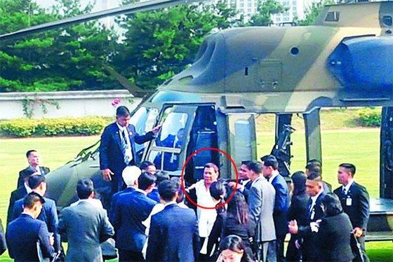 로드리고 두테르테 필리핀 대통령(원 안)이 지난 6월 서울 용산 국방부 연병장에서 국산 기동헬기 수리온의 성능에 대해 설명을 듣고 있다. 국방부 연병장에 헬기가 착륙한 것은 처음으로, 수리온을 보고 싶다는 두테르테 대통령의 요청에 의한 것으로 알려졌다. [연합뉴스]