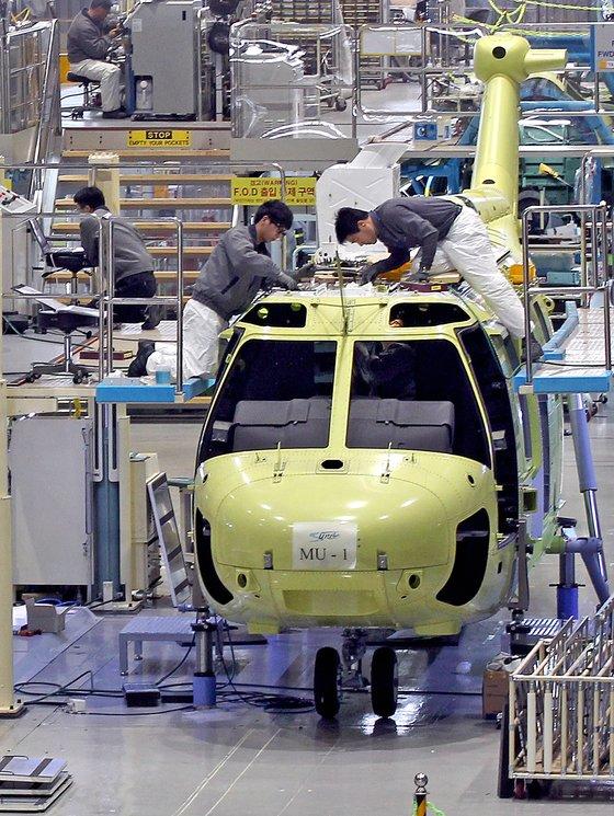 사천의 KAI 공장에서 엔지니어들이 수리온 헬기를 생산하고 있다.