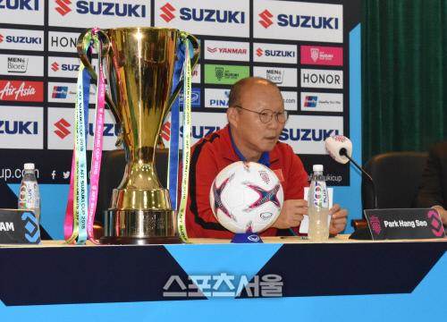 박항서 감독이 14일 하노이 베트남축구협회에서 열린 기자회견에 참석해 질문에 답하고 있다.하노이 | 정다워기자