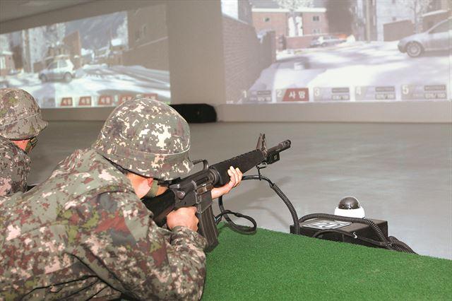 지난해 모 예비군 훈련장을 찾은 예비역 장병이 M16 소총으로 사격훈련을 받고 있다. 대다수 예비군은 현역 시절 사용했던 K계열 개인화기 대신 M16을 지급받아 훈련에 임하고 있다. 국방부 제공