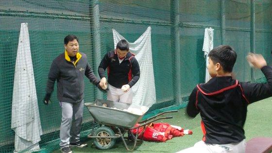 야구 이만수 감독이 14일 인천 재능중 야구부를 찾아 재능기부를 하고 있다. 인천=박소영 기자