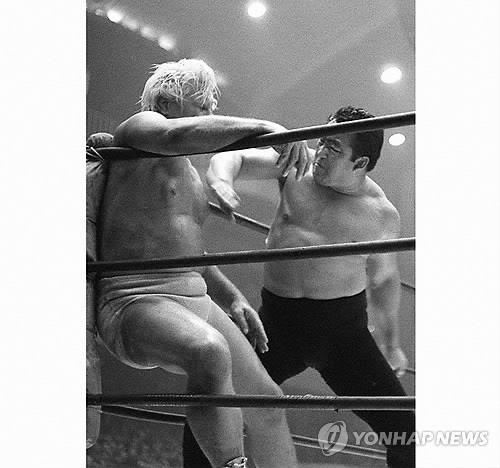 공격하는 역도산 (도쿄 교도=연합뉴스) 1962년 4월 경기에서 미국 출신 프로레슬러 프레드 블래시를 가라테촙(당수치기)으로 공격하는 역도산