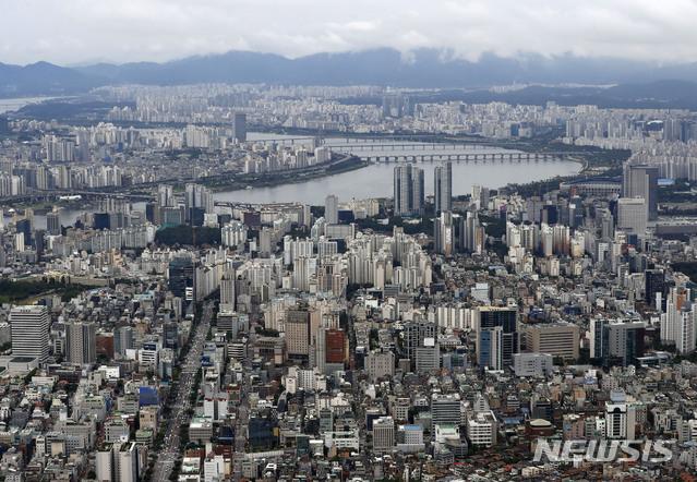 【서울=뉴시스】최동준 기자 = 21일 정부가 주택시장 안정화를 위해 서울 도심지역의 옛 성동구치소, 개포동 재건마을을 포함한 총 11곳에 약 1만호의 주택을 공급하는 내용의 '수도권 주택공급 확대 방안'을 발표했다.국토부는 또 향후 서울과 1기 신도시 사이에 330만㎡이상의 대규모 택지 4~5개를 추가 조성해 20만호를 공급한다는 방침이다. 사진은 상공에서 바라본 서울 모습. 2018.09.21.  photocdj@newsis.com