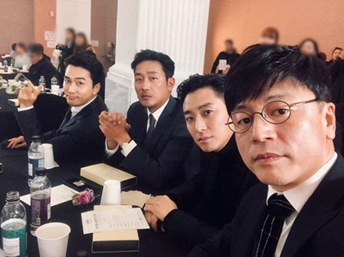 <p>Actor Song Seung-heon this Ha Jung-woo and Ju Ji-hoon and friends were proud.</p><p>Song Seung-heon - 17-one photo published.</p><p>Published photo in the movie trust with the team of Kim film Director and actor Ju Ji-hoon, Ha Jung-woo, Song Seung-heon this pose. Suit is Ha Jung-woo - Ju Ji-hoon - Song Seung-heons piece looks like admiration. These are this afternoon opened the 23rd Annual Consumers  day, cultural artists attended the award ceremony.</p><p>Meanwhile, Song Seung-heon is the OCN drama the playerin strong and taking the role of Mother, unfolded.</p><p>Photo l Song Seung-heon Instagram</p>