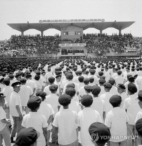 착공한 지 두 달여 만인 1967년 5월 27일 인천공설운동장에서 경인고속도로 기공식이 열리고 있다. [국가기록원 제공]