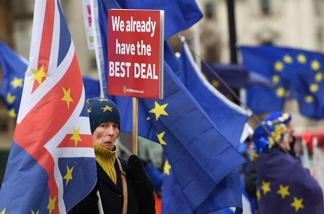브렉시트에 반대하는 친 유럽연합(EU) 성향 시위대가 18일 영국 런던 의회건물 앞에서 시위를 벌이고 있다. 런던=EPA 연합뉴스