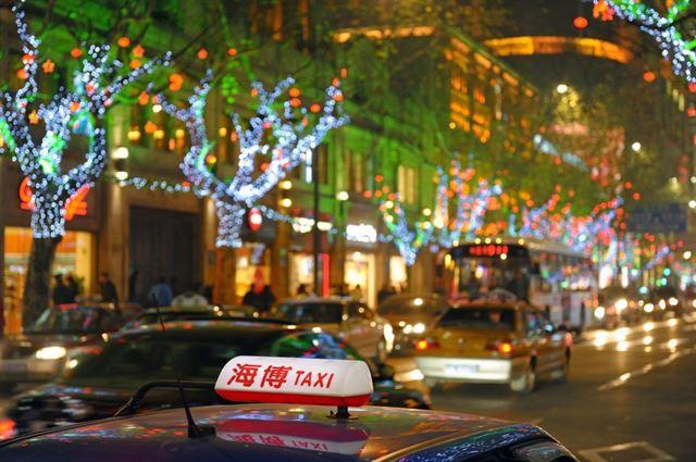 중국 상하이 밤거리의 크리스마스 장식. 게티이미지뱅크