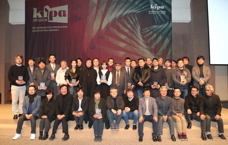 """<p>Actor Ju Ji-hoon and Han Ji-min Korean Film Production Association in men and the same week received.</p><p>The 5th Korean Film Festival Writers Association Awards Academy Awards, this 18th afternoon Seoul Press Center in the proceedings was held. Actor Park of social progress to the Academy Awards in the 'female murders'as the Academy Awards, Awards for Ju Ji-hoon is """"the last time I Far think that you are in for the Academy Awards to debut in 10 years to receive this moment, this film seems like""""Awards by the Society revealed.</p><p>'The Bag'Week Awards for Han Ji-min is a """"low-budget film in the manufacturing process, it is difficult that the Korean Film Production Association in the state in a more deeply meaningful""""in terms of """"as each of the voices contains a variety of films in active production be""""a significant source said.</p><p>'In'with the actor to Awards for times when """"may not think cool prizes thank you""""cotton on """"to the application you 'in'with the drama set comfortable shooting in circles as to which was hard to tell(President), and conveys""""to the ego.</p><p>Here, the nature received the 'German version'of the truth in nature is """"the roles intense as an actress you can meet the last works of the mind as shooting""""; """"a tough time with lots of great love and attention, thank you. Forward also best to learn to become""""Awards of the reduced price.</p><p>'Little forest'to Director Awards as pilgrimage Director is produced and the producer and the actors and staff and promote every spring and summer and autumn and winter compared to the 4 seasons to the same child for colleagues glorified. '1987'to work more Awards for this if you vote for a line with juniors and colleagues produced they in point thrilled..... and the Korean film development, it will be a boon.</p><p>The Korean Film Production Association is the production of Korean films of the year-end party to a popular, informal rustic Academy Awards with putting.</p><p>The Korean Film Production Asso"""